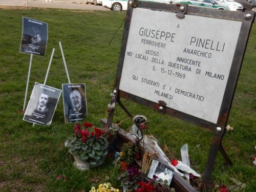 Targa per Giuseppe Pinelli con le fotografie di alcune vittime milanesi della strage di Bologna